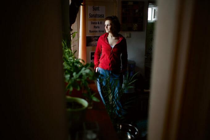 portret Dana în propriul apartament.