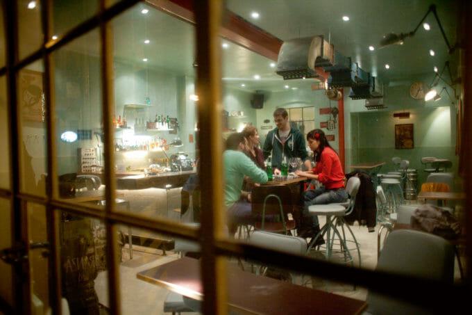 Patru oameni stau așezați la masa unui restaurant