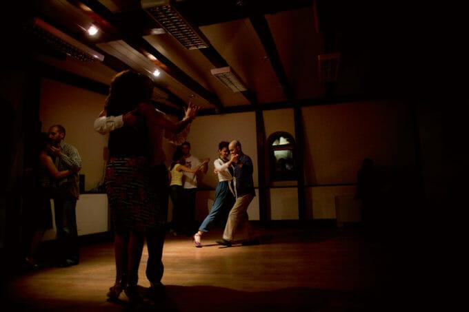 oameni care dansează tango argentinian.