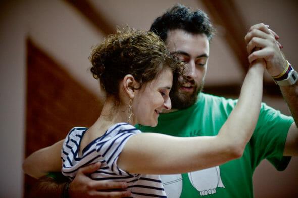 personajul articolului este la orele de tango, alături de partenerul de dans.