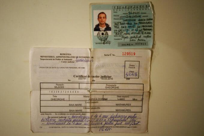 Cartea de identitate provizorie a lui Ghiță și un cazier judiciar cu condamnările altei persoane.
