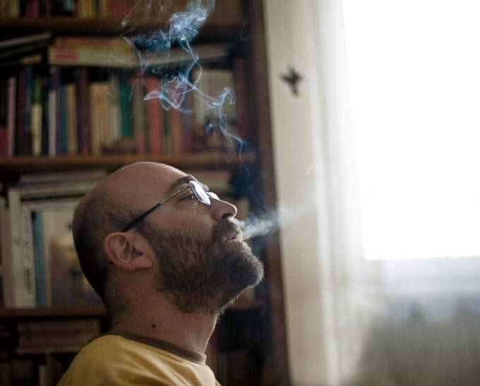 Scriitorul Filip Florian fumează în biroul său
