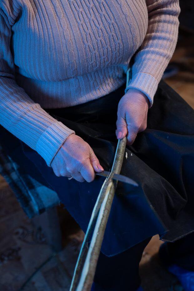 Mama Miei l-a îngrijit pe bătrânul Atonovici, care în schimb a învățat-o să facă cobzele de păstrăv.