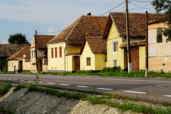 fațadele caselor din Saschiz într-o zi însorită