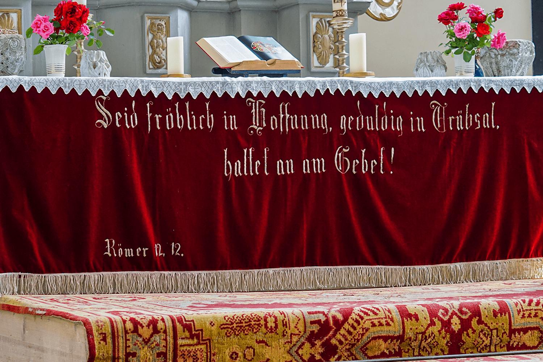 detaliu covor și scris din altarul bisericii