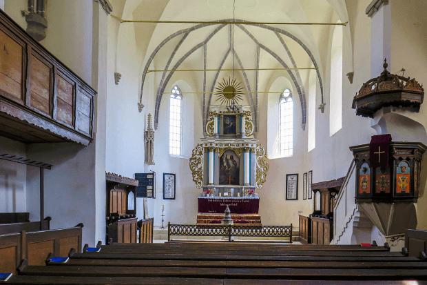vedere amplă asupra altarului bisericii vechi din Saschiz