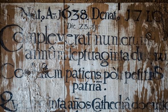 detaliu scris din mural altar