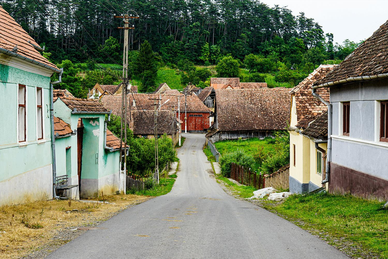 case săsești pe drumul principal din sat.