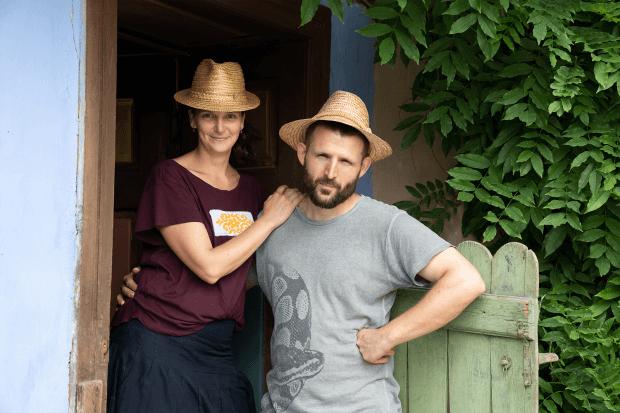bărbat și femeie în fața unei case vechi săsești