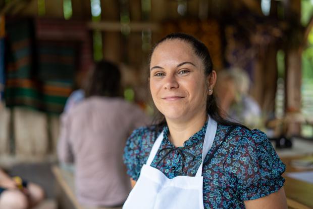 portret femeie cu șorț