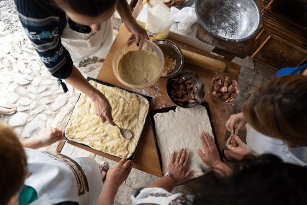 femei pregătesc în bucătărie pizza cu sos de rubarbă