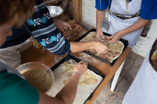 femei în bucătărie pregătind plăcinta cu rubarbă