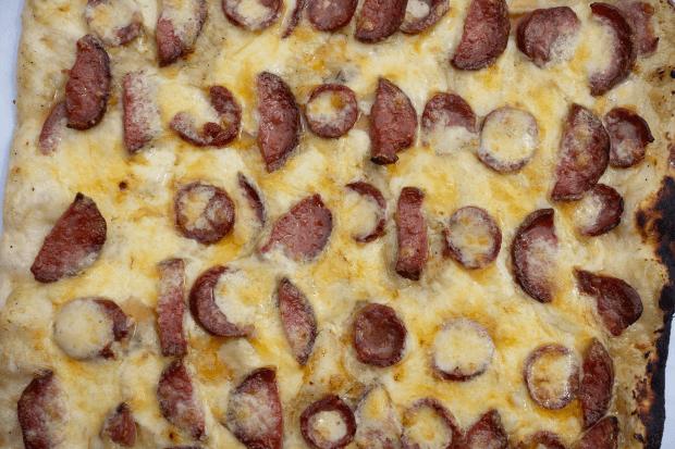 detaliu cu bucățile de rubarbă rumenite