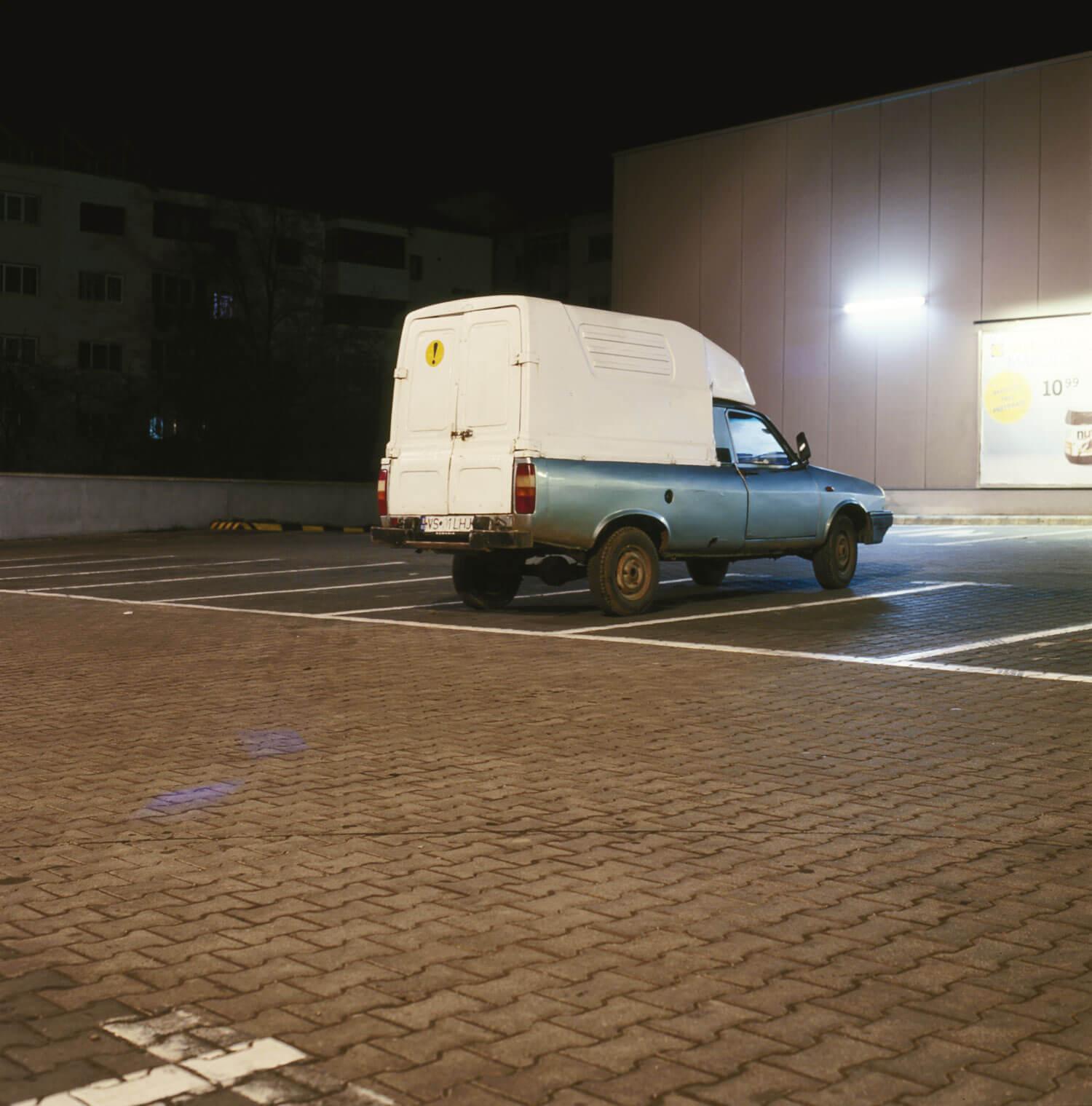 O dacia Break, în parcarea unui magazin.