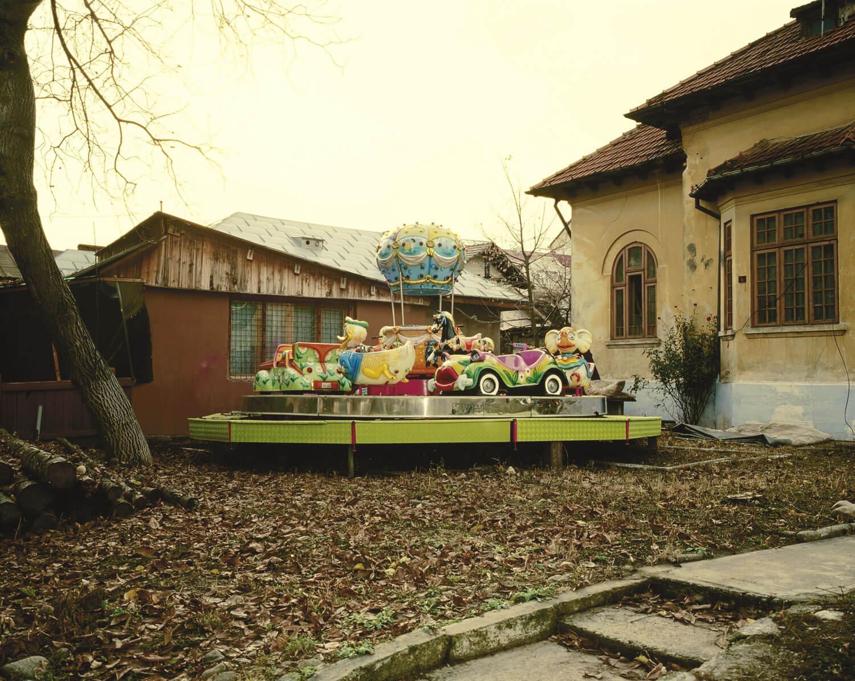 loc de joacă pentru copii amenajat într-o curte