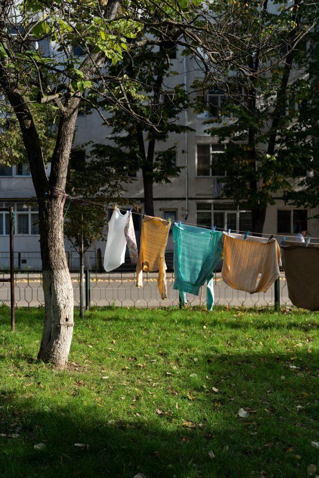 rufe la uscat pe o sârmă întinsă între pomi, în curtea blocurilor din Vaslui