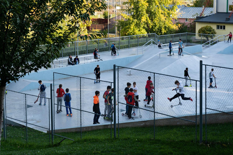 copii care se joacă într-un skate parc din Vaslui