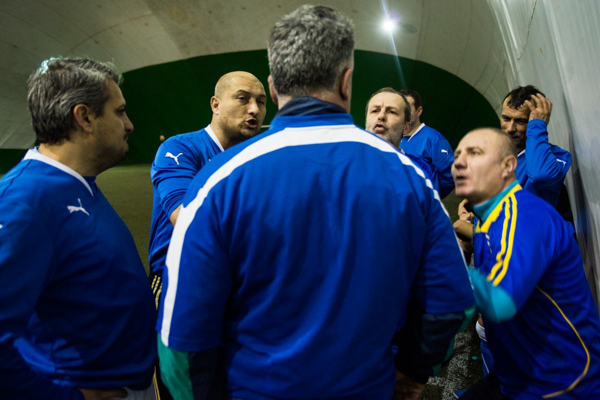 echipa Fratia intr-o discutie pe teren