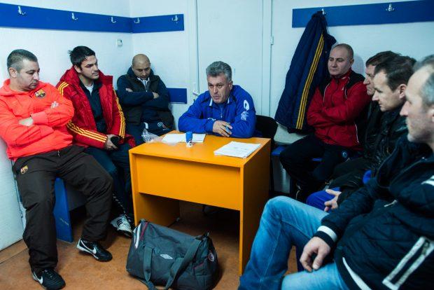 Antrenorul vorbeste de la birou echipei