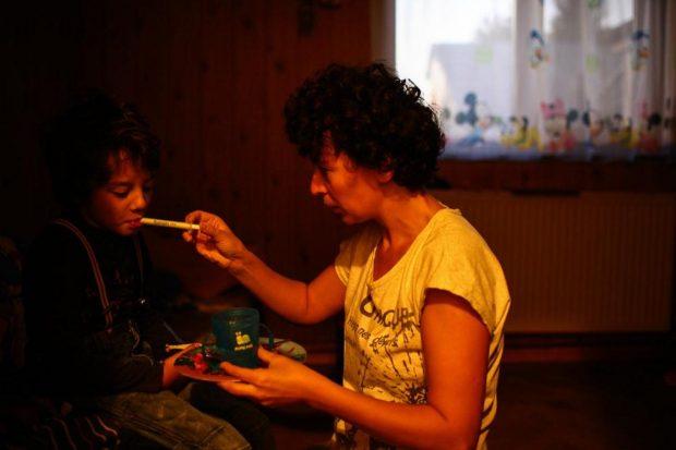 Mirela administreaza un medicament lui Luca.