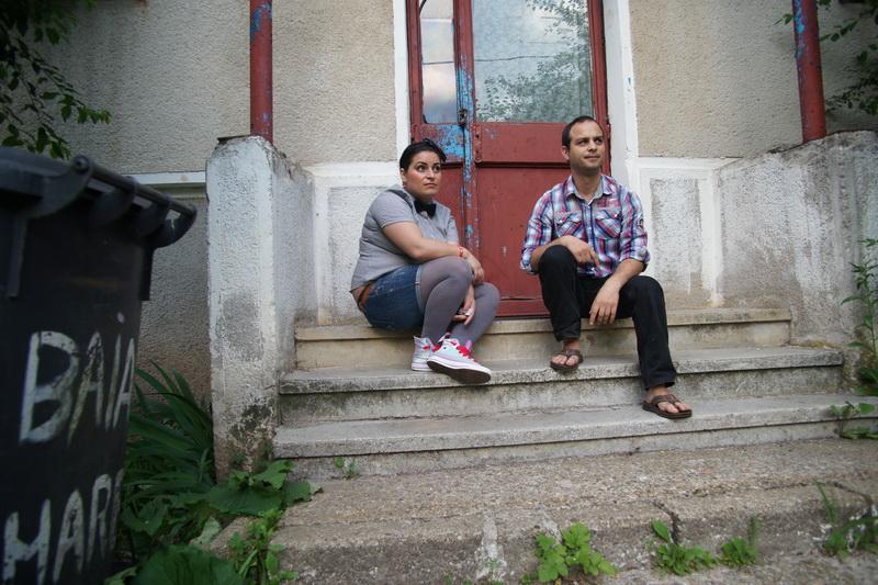 Ghiță și Teri stau pe scările din fața unui bloc.