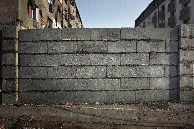 Zidul în construcție.