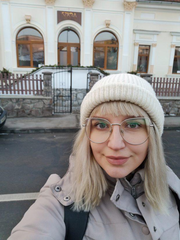 Reporterul in fata restaurantului in care va lucra o săptămână.