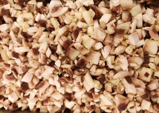 Ciuperci champignon tăiate cubulețe foarte mici.