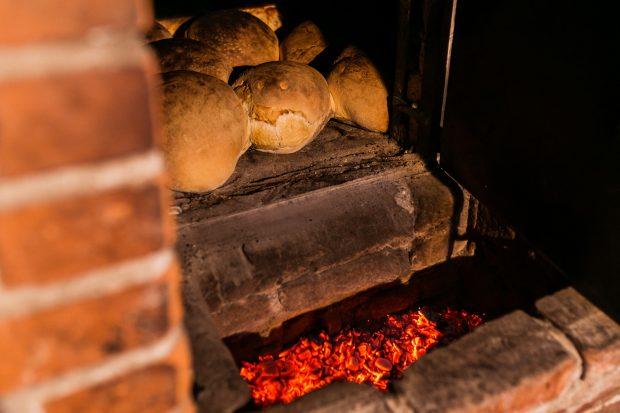 Trei pâini sunt la copt într-un cuptor.