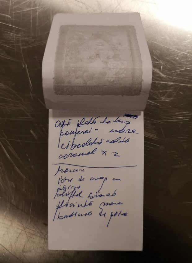 O pagină dintr-un carnețel cu comenzi al unui ospătar.