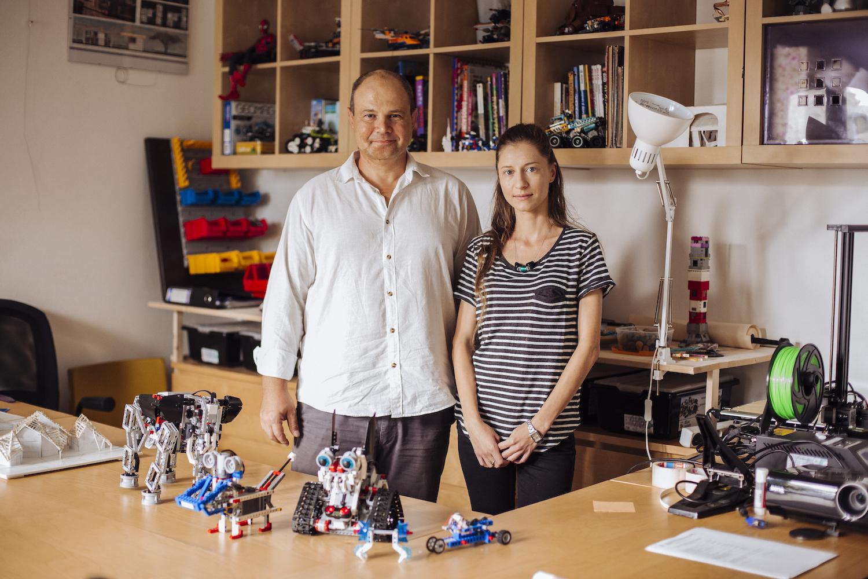 Un bărbat și o femeie privesc la cameră dintr-un atelier