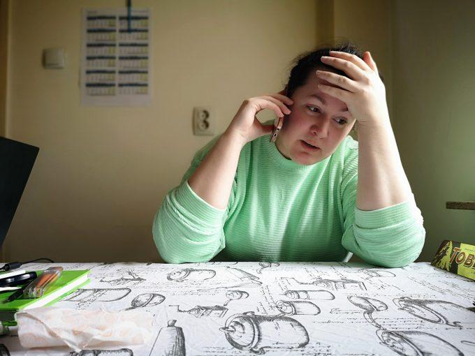 Ioana Burta vorbește la telefon și are o expresie de disperare pe față.