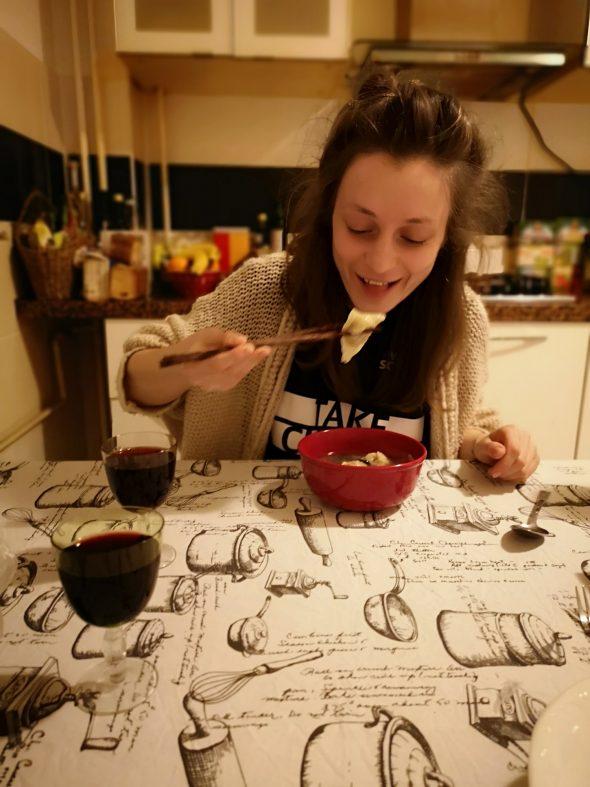 Mădălina mănâncă mâncare chinezească cu bețișoare.
