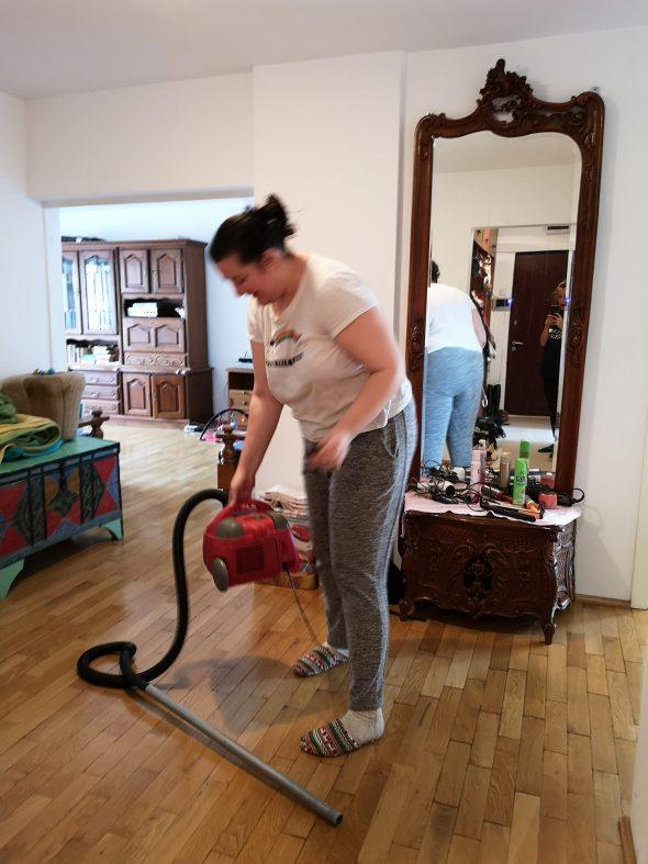 Ioana dă cu aspiratorul.