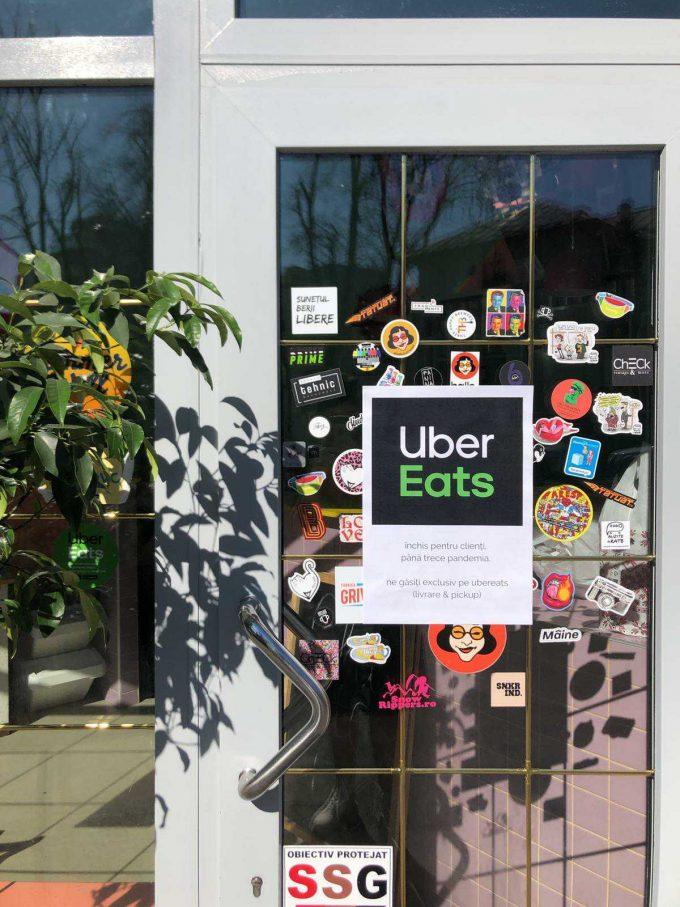 Pe ușa de Balls, un afiș anunță că localul este închis pentru public, se fac doar livrări la domiciliu prin UberEats.