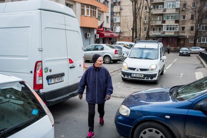 Pagu marșează printre mașinile parcate din capitală.