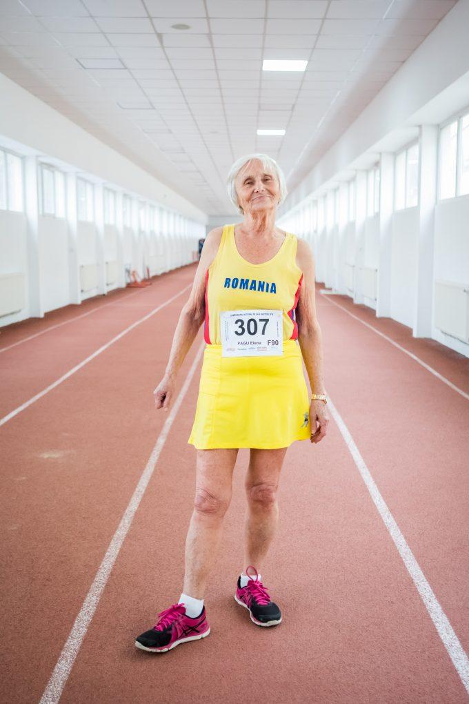 Pagu este îmbrăcată în costum de atletism, în culorile tricolorului.