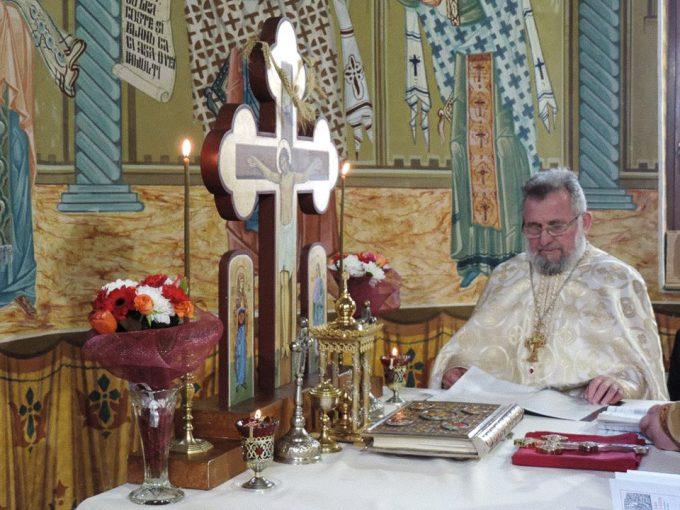 preot în biserică citind