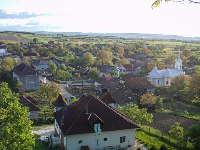 panoramă cu biserica și casele din Tulghieș