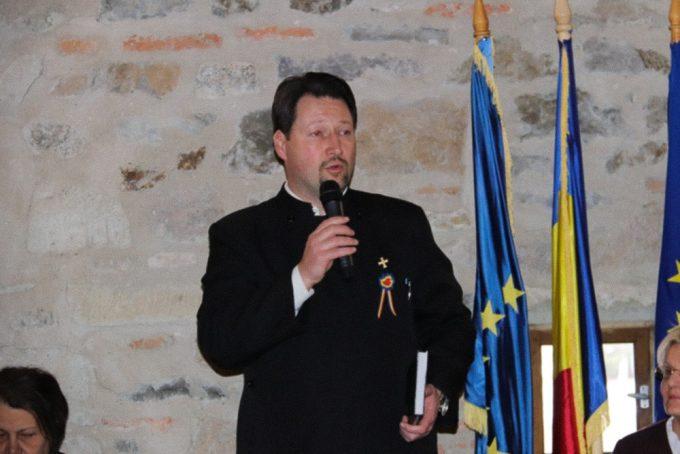 Ciprian Bâlbă vorbește la microfon în timpul unui seminar teologic