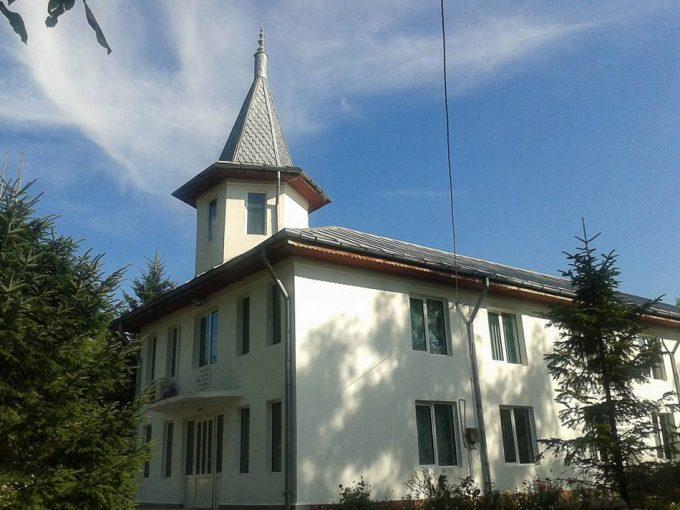 curtea și fațada bisericii adventiste din Balata Sărată.