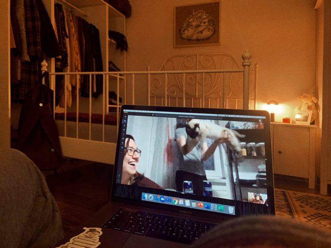 Laura și Tudor vorbesc pe Skype cu alt cuplu de prieteni care își arată pisica la webcam.