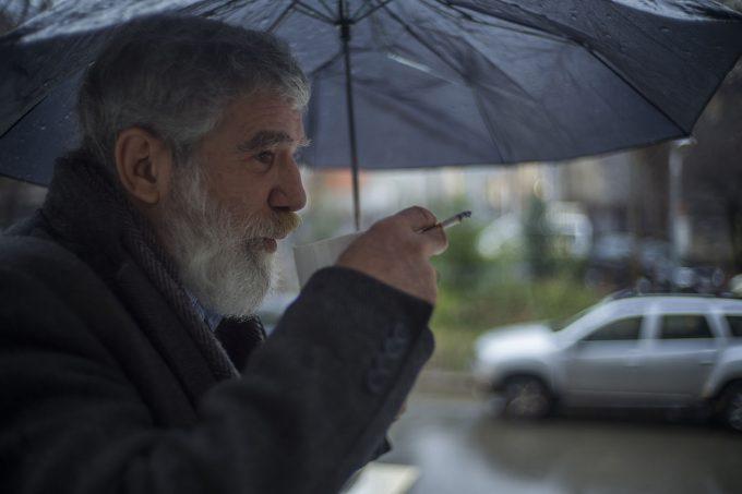 Profesorul Gabriel Săndoiu își bea cafeaua în pauză.