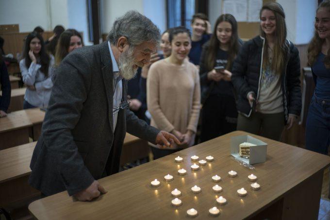 Elevii de la Colegiul Sava i-au adus profesorului Săndoiu lumânări și o felie de tort de morcovi de ziua lui.