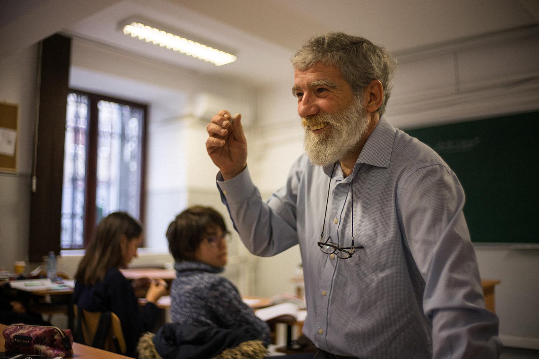 Profesorul de filosofie Gabriel Săndoiu predă la clasă.