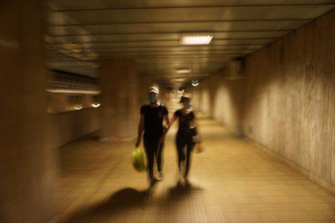 După ce-au terminat cumpărăturile, Bogdan și Georgiana merg, ținându-se de braț, prin pasajul subteran al stației de metrou Grozăvești.