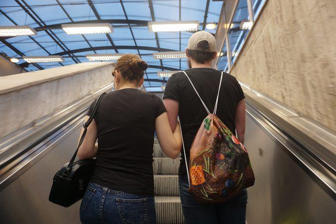 Bogdan și Georgiana urcă scările rulante de la metrou, în stația Grozăvești.