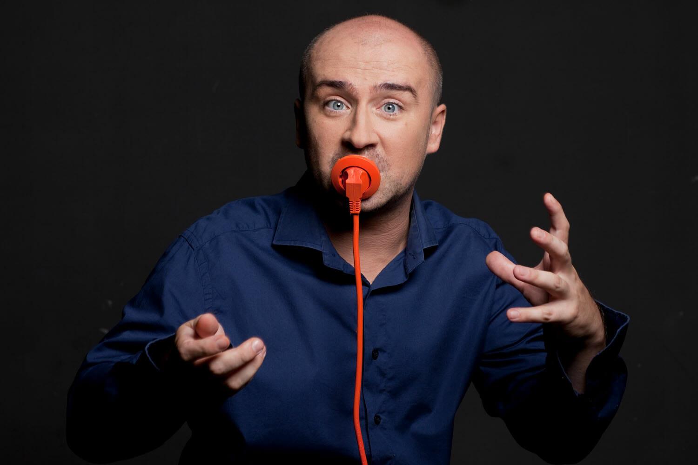 Mihai Dobrovolschi cu o priză în gură