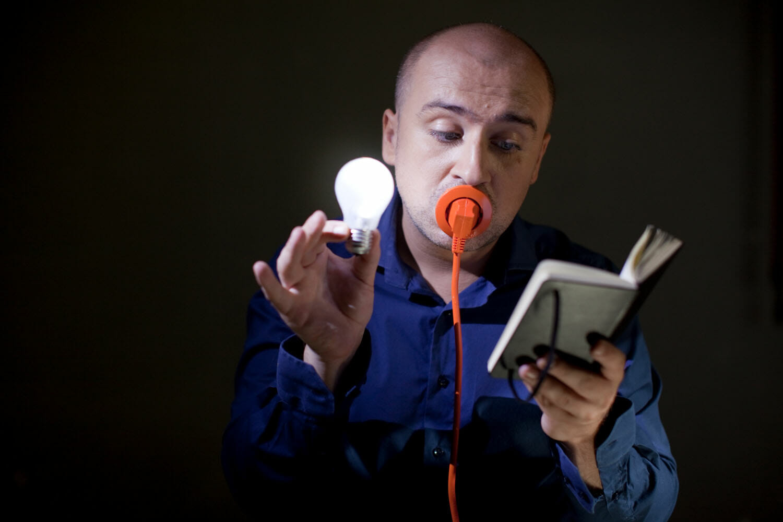 Mihai Dobrovolschi cu un ștecher în gură
