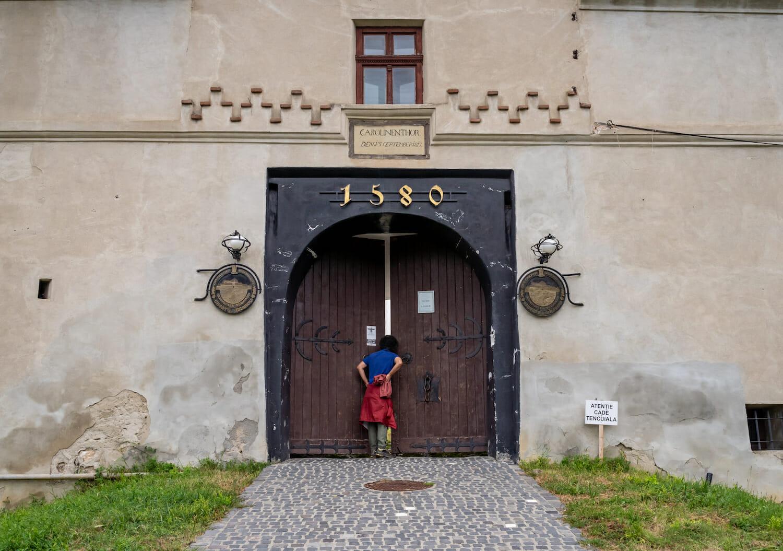 O persoană vizitează o clădire veche